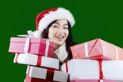 Mujer joven magnífica con el presente de la sorpresa Foto de archivo libre de regalías