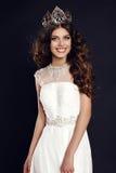 Mujer joven magnífica con la corona que lleva del pelo lujoso del concurso de belleza foto de archivo libre de regalías