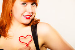 Mujer joven magnífica que lleva a cabo el corazón del caramelo Fotos de archivo