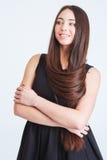 Mujer joven magnífica sonriente con el pelo oscuro largo Foto de archivo