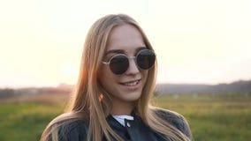 Mujer joven maravillosa que sonríe a la cámara almacen de video