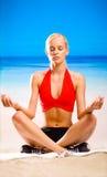 Mujer joven meditating Fotos de archivo libres de regalías