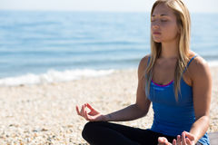 Mujer joven meditating Fotografía de archivo
