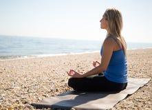 Mujer joven meditating Foto de archivo
