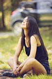 Mujer joven meditating imagenes de archivo