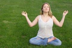 Mujer joven meditating Imagen de archivo libre de regalías