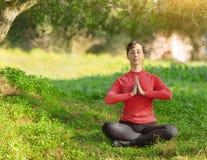 Mujer joven Meditating al aire libre Fotografía de archivo
