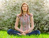 Mujer joven meditating al aire libre Imágenes de archivo libres de regalías