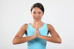 Mujer joven meditating durante rutina del ejercicio Foto de archivo libre de regalías