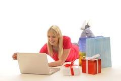Mujer joven mientras que en línea-compras Fotografía de archivo libre de regalías