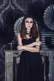 Mujer joven misteriosa en el vestido negro de Halloween Foto de archivo