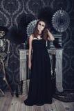 Mujer joven misteriosa en vestido negro Foto de archivo libre de regalías