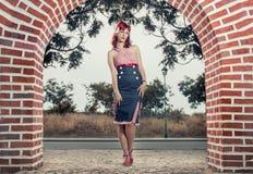 Mujer joven modela en ropa del estilo del vintage Imagen de archivo
