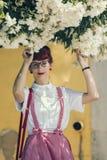 Mujer joven modela en ropa del estilo del vintage Foto de archivo libre de regalías