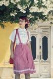 Mujer joven modela en ropa del estilo del vintage Foto de archivo
