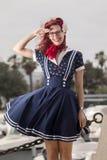 Mujer joven modela en ropa del estilo del vintage Fotos de archivo