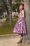 Mujer joven modela en ropa del estilo del vintage Fotografía de archivo
