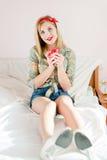 Mujer joven modela rubia hermosa con la taza roja Fotos de archivo libres de regalías