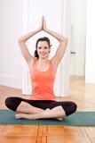 Mujer joven morena atractiva que hace yoga imagen de archivo