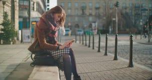 Mujer joven morena atractiva que usa el teléfono en una ciudad almacen de video