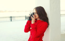 Mujer joven morena bonita con la cámara retra del vintage en invierno Fotos de archivo libres de regalías