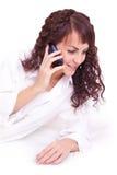 Mujer joven morena hermosa que habla por el móvil Foto de archivo libre de regalías