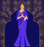 Mujer joven morena india hermosa en sari colorida contra la perspectiva del ornamento Imágenes de archivo libres de regalías