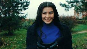 Mujer joven morena que da las auriculares de la realidad virtual almacen de video