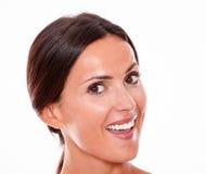 Mujer joven morena sonriente atractiva solamente foto de archivo