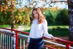Mujer joven 15 Muchacha de la belleza en parque soleado colorido del otoño Foto de archivo libre de regalías
