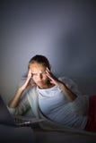 Mujer joven muy cansada, quemando el aceite del midnigh Imagen de archivo libre de regalías