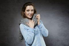 Mujer joven natural hermosa con la bufanda suave Imagen de archivo libre de regalías