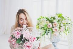 Mujer joven natural que presenta con las flores Fotografía de archivo