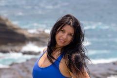 Mujer joven natural windblown atractiva fotografía de archivo libre de regalías