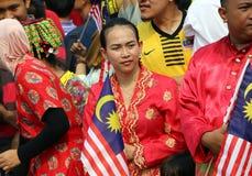 Mujer joven no identificada que sostiene la bandera malasia Fotografía de archivo
