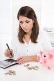 Mujer joven o adolescente con problemas del dinero - concepto para el liabil Fotos de archivo