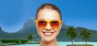 Mujer joven o adolescente en gafas de sol en la playa Fotos de archivo