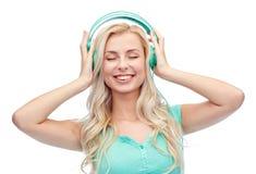 Mujer joven o adolescente feliz con los auriculares Fotografía de archivo