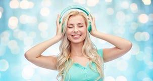 Mujer joven o adolescente feliz con los auriculares Fotos de archivo