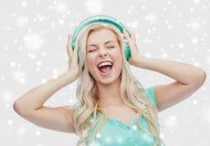 Mujer joven o adolescente feliz con los auriculares Foto de archivo