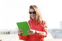 Mujer joven o adolescente feliz con PC de la tableta Fotografía de archivo