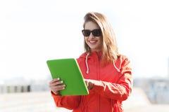Mujer joven o adolescente feliz con PC de la tableta Fotos de archivo