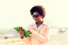Mujer joven o adolescente feliz con PC de la tableta Fotos de archivo libres de regalías