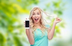 Mujer joven o adolescente feliz con smartphone Fotografía de archivo libre de regalías