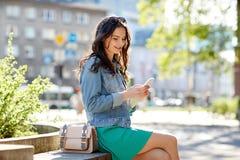 Mujer joven o adolescente feliz con smartphone Fotos de archivo libres de regalías