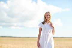Mujer joven o adolescente feliz en campo de cereal Fotos de archivo libres de regalías