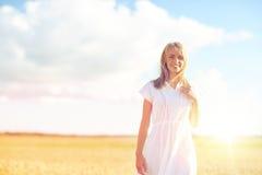 Mujer joven o adolescente feliz en campo de cereal Imágenes de archivo libres de regalías
