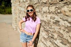 Mujer joven o adolescente feliz en gafas de sol Imagen de archivo libre de regalías