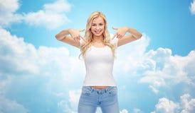 Mujer joven o adolescente feliz en la camiseta blanca Fotos de archivo