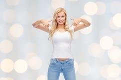 Mujer joven o adolescente feliz en la camiseta blanca Imagenes de archivo